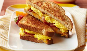 bacon-egg-breakfast-grilled-cheese-930x550