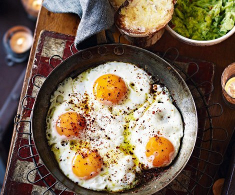 One-pan chili eggs with guacamole